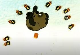 - Стреляй!.. Куда ж ты стреляешь? - В пчел, конечно. - Да не в пчел, ты должен сбить шар. - Но, если я выстрелю в шарик, он же испортится.  - А если ты не выстрелишь, тогда испорчусь я!