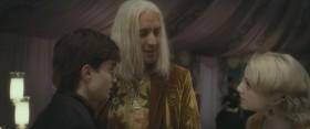 Идём, папочка. Гарри не хочет ни с кем разговаривать, он слишком вежлив, чтобы сказать это.
