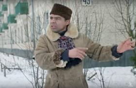Эй, гражданина! Ты туда не ходи, ты сюда ходи. А то снег в башка попадёт. Совсем мёртвый будешь!