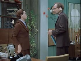 — Никому из сотрудников вы бы не позволили себе швырнуть в физиономию букетом. Неужели вы ко мне неравнодушны? — Ещё одно слово, и я запущу в вас графином! — Если вы сделаете графином, значит, Вы действительно меня… того-этого…