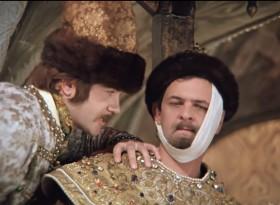 — Меня терзают смутные сомнения… У Шпака — магнитофон, у посла — медальон… — Ты на что, царская морда, намекаешь?!