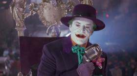 А теперь, друзья, пора задать вопрос: «Кому вы доверяете?» Мне? Я свободно раздаю деньги. А где же Бэтмен? Он сидит дома и стирает свои колготки!