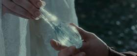 Счастливого пути, Фродо Торбинс! Я дарю тебе каплю воды, пронизанную лучами вечерней звезды. Она будет освещать тебе путь, когда все другие светильники погаснут.