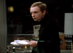 - ...А почему мама поставила чужие тарелки?  - Наконец-то, вы начинаете прозревать.  - А чего тут прозревать-то? Значит, вы вошли, переставили мебель, поменяли тарелки... А куда вы дели мою люстру?! - Отвезла в комиссионку! - Зачем?...