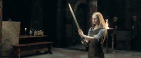 - Умеешь обращаться с мечом... - Наши женщины давно усвоили: если не владеешь мечом, то погибнешь от него. Я не боюсь ни смерти, ни боли. - А чего ты боишься, госпожа?  - Клетки. Сидеть за решеткой пока привычка и старость не заставят смириться, и пока все мечты о подвиге не станут пустыми воспоминаниями. - Ты дочь королей. Воительница Рохана. Не верю, что тебя ждёт такая судьба.