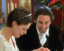 - О, это же мое обручальное кольцо! Поющее кольцо, которое не знает неудач! Это судьба! Надень его на палец, надень! - Ну хорошо, я его примерю... Ведь я не замужем? - Это поправимо - нашему ребенку нужен отец. - Я не собираюсь заводить детей! - Слишком поздно...