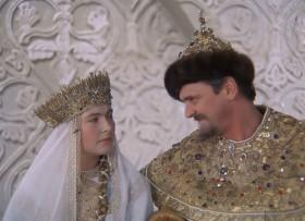 Вот вы говорите - царь, царь... А вы думаете, Марфа Васильевна, нам, царям, легко? У всех трудящихся два выходных дня в неделю. Мы, цари, работаем без выходных.