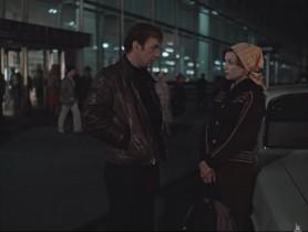 - У меня есть пять рублей, почему я не могу довезти до дома понравившуюся мне женщину? - Ну до моего дома хватит, а обратно нет. - Пешком дойду. Гулять так гулять.