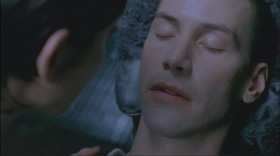 Нео, я больше не боюсь. Оракул сказала мне, что я влюблюсь и что… что человек, которого я полюблю будет Избранным. Поэтому, ты не можешь умереть. Ты не можешь, потому что я люблю тебя. Ты слышишь меня? Я люблю тебя. Теперь, вставай.