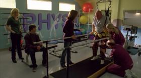 - Ты можешь, Хэнк, давай. Это должно быть больно, но боль - это слабость, покидающая твое тело. - Боль - это если я засуну свою ногу тебе в задницу, например! - Ну, если ты можешь поднять ногу так высоко, я согласна.