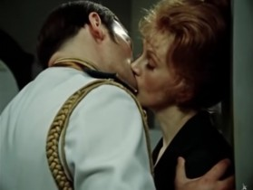 Не целуйтесь, а то меня тошнит.