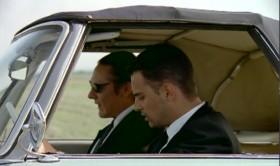 [<em>Абдул подходит к двери водителя</em>] - Двигайся, я поведу. - Почему? - Как почему? Ведь Фрэнк сказал - в пути поменяемся. Вот и пошёл! - Господи, Боже мой, мы и полдороги не осилили. [<em>Абдул достает пистолет</em>] - Аллах. Пусть он не ждет, когда ему башку застрелю. - Совсем спятил. - Зачем воспитываешь мое терпение? - Испытывать терпение! [<em>Абдул сел за руль, газует, но машина не едет</em>] - Коробка автомат, передвинь рычаг. - Зинаю. [<em>машина начинает ехать назад и он резко тормозит</em>] - В положение D. - Зинаю. - И говорят не застрелю башку, а прострелю, а то застрелю башку… - Зинаю.
