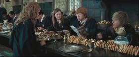 - Ты когда-нибудь перестанешь есть? - А что? Я голодный.