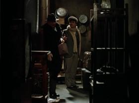 - Не пугайтесь, это не в коридоре, а за стеной. Фанера, как известно из физики, лучший проводник звука… Где-то там должен быть несгораемый шкаф. - А-а-а-ой! - Что это? - Кажется, несгораемый шкаф... - Больно? - Очень! - Ничего, это физические мучения. Зато сколько здесь было моральных мучений - страшно вспомнить. Где-то здесь стоял скелет - собственность студента Иванопуло. Он купил его на Сухаревке, а в комнате держать боялся. Посетитель вначале ударялся об кассу, а потом на него падал скелет. Беременные женщины были очень недовольны…