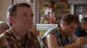 - Могу я принять ваш заказ? - Пятнадцать двойных чизбургеров, пожалуйста. - Пятнадцать двойных с собой? - Не с собой, я поем здесь. - Вы один съедите пятнадцать чизбургеров? - Да. А что, они большие? Или пятнадцать - многовато? - Да, многовато. - Ну, ладно, двенадцать, дюжина. - А вы не пьяны? - Не знаю. Можно напиться шестью банками пива? - Эй, друг, ставлю сотню, что ты не съешь шести двойных чизбургеров, куда там двенадцать. - То есть, они и правда такие большие? - Сто долларов, что вы не съедите и шести. - Вообще-то я голоден... Но вы правы, двенадцать - это многовато. Сделаем так: два двойных чизбургера, три порции жареной курицы, сэндвич с беконом, два с говядиной по-швейцарски, филе курицы, клубный сэндвич с курятиной, две мисочки чили с двойным луком, и по кусочку каждого пирога. - По одному от каждого? Что-то еще? - Три порции лука колечками. Это вкуснее, чем двенадцать чизбургеров. Только без огурчиков. - Сто баксов. Если вы съедите всё это за час, не вставая из-за стойки. И удержите внутри. - Но, вообще-то, я не игрок. - Тогда два к одному. Нет, я дам вам три к одному. Три моих сотни против одной вашей. - Ну, Бог с вами. Что такое деньги? <...> - Что будете пить, сэр?... Ваш заказ. - Ладно, по моему сигналу. На старт, внимание... - Стойте-ка. Кетчуп, пожалуйста.