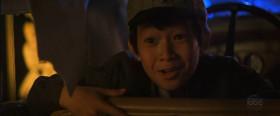 <b>Коротышка:</b>- Вот это да! Вынужденная посадка!  <b>Индиана Джонс:</b>- Давай, Коротышка, жми!  <b>Коротышка:</b>- Слушаюсь, доктор Джонс. Держитесь крепче.  <b>Уилли Скотт:</b>- Боже мой! Ребенок за рулем!  <b>Индиана Джонс:</b>- Где противоядие? [<em>Индиана Джонс ищет противоядие у Уилли в бюстгальтере</em>] <b>Уилли Скотт:</b>- Мы же только что познакомились.  <b>Индиана Джонс:</b>- Давай его сюда!  <b>Уилли Скотт:</b>- Я приличная девушка!  <b>Коротышка:</b>- Доктор Джонс, сейчас не время для любви. За нами гонятся. [<em>Индиана Джонс пьёт противоядие</em>] <b>Уилли Скотт:</b>- Чтоб ты подавился.