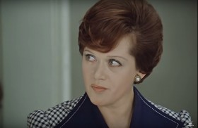 """- Какая занятная репродукция """"Джоконды"""". - Да что вы, Людмила Прокофьевна. Это же не репродукция, это наша вычислительная машина, Баровских запрограммировал."""