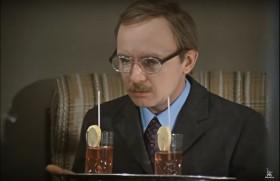 - Я не пью, товарищ Новосельцев. - Правильно. Я тоже не пью. - Тогда зачем вы это принесли? - Чтобы выпить. Но это моя ошибка. - И не единственная.