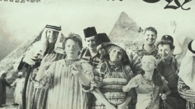 - Приз поездка в Египет. Ну и как там, в Египте? - Отлично, куча древностей, мумии, гробницы... Даже Коросте там понравилось. <...> - Опять хвастаешься фотографией в газете? - Я никому не показывал! - Ни одной душе, не считая Тома. И днём, и ночью. И повару. И парню, чинившему туалет. И волшебнику из магазина.