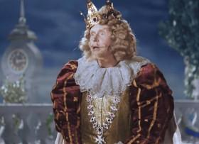 — Ал-лё-о-о-о! Привратники Сказочного королевства, вы меня слышите?! — Мы слушаем, Ваше Величество! — Не выезжала ли из ворот нашего королевства девушка в одной туфельке? — Сколько туфелек на ней было? — Одна! — Блондинка, брюнетка? — Блондинка! — А сколько ей лет? — Примерно шестнадцать. — Хорошенькая? — Очень! — Ага, понимаем. Нет, не выезжала! И никто не выезжал! — Так зачем же вы так подробно меня расспрашивали, болваны?! — Из интереса, Ваше Величество!