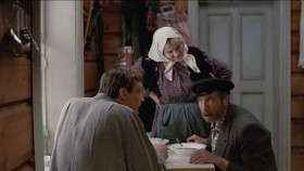 - Хлеб да соль! - Садись пообедай с нами, дядя Митя. - Можно. - [<em>Лёнька за дверью</em>] Здрасти, баба Шур! До свидания, баба Шур! - Ой, дядя Мить, да спрячь ты её! Вот.. в этот.. А.. Ага! Там не найдёт. <...> - О! Он уж закусывает! Ну как же! Я говорю: закусываешь уже?! - О, Саня пришла! - Ой, Саня пришла! Я тебя еще у магазина заприметила, я ему: Митя, Митя, а он ухом не ведет! И почесал, и почесал! - Что говоришь? Шо-то я.. слышать плохо стал. Ну-ка, скажи что-нибудь. - А чё сказать-то? Здорово, дядя Мить. - Не слышу! Надо это.. аппарат! К ушнюку идти, аппарат ставить.