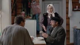 - Ну, не пил, не пил я! Хых! Хотя повод есть. Во! [<em>достаёт и листает отрывной настенный календарь</em>] День взятия Бастилии.. впустую прошел! Восемьдесят лет со дня рождения... Ух, ты! А ей уж восемьдесят?! [<em>принюхивается</em>] - Василий, а это вы чем руки-то моете? [<em>достаёт из куба разбитую бутылку вина</em>] Паразит!  - Ну, Санька... Это я тебе... Никогда...  Ничего, ничего, врагу не сдаётся наш гордый «Варяг»...