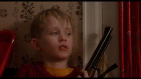 - С рождеством тебя, малыш! Мы знаем, что ты там, и что ты там один. - Так что открывай, малыш. Пришёл Санта Клаус и его Снегурок! - Мы тебе ничего не сделаем! - У нас для тебя подарки! - Так что будь умницей, открой дверь! Хе-хе!