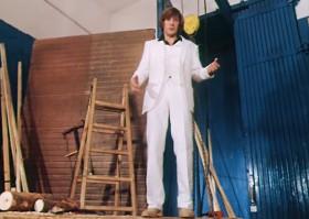 Чтоб, от восторга дыша еле-еле, Гости на этот костюмчик глядели. Чтобы невеста, сомлев от пошива, Вдруг поняла, что она поспешила!  Главное, чтобы костюмчик сидел. Главное, чтобы костюмчик сидел!