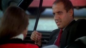 - Ты ещё ничего не сказал про мой костюм... - А что, я должен был что-то сказать? - Ну, положим, я его надела для тебя. Тебе нравится, не нравится? Выскажи свое мнение. - Но ты и вчера в нем была. - Нет, вчера был другой. Сегодня на мне костюм от Valentino. - От Валентино? Я думал, это твой. - Слушай, объясни мне одну вещь - ты в самом деле такой или прикидываешься? - В самом деле такой - прикидываюсь.